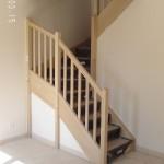 Cet escalier est de forme 2/4 tournant (VTTV) avec contremarche. Le garde-corps est composé d'une balustre B1 et d'une main courante MC2 L'essence est le bois exotique clair (BEC)